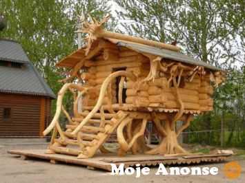 Ukraina. Domy z bala, sarmacki drewniane okna, dachy trzcinowe